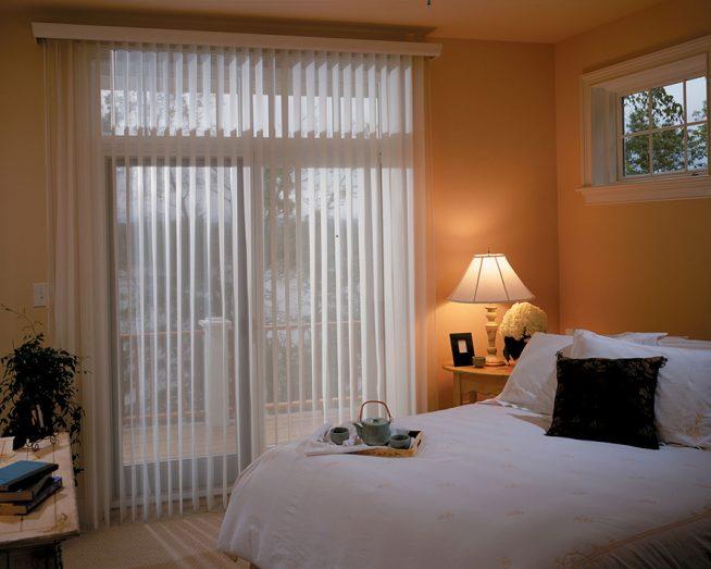Вертикальные жалюзи в небольшой спальне