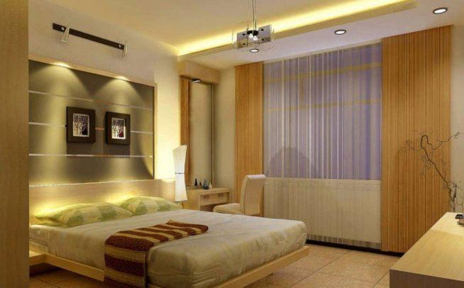 Освещение спальни потолочными светильниками и торшером
