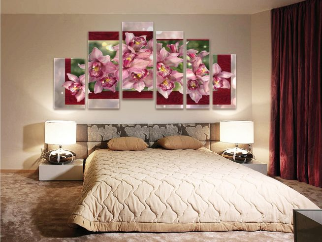 Цветочное панно на стене спальни