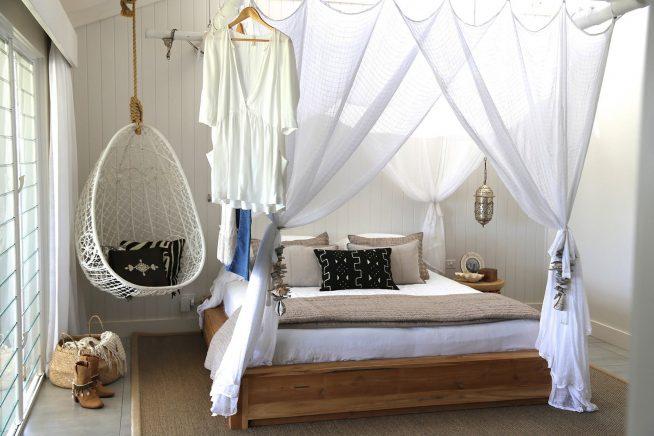 Подвесное кресло в небольшой спальне