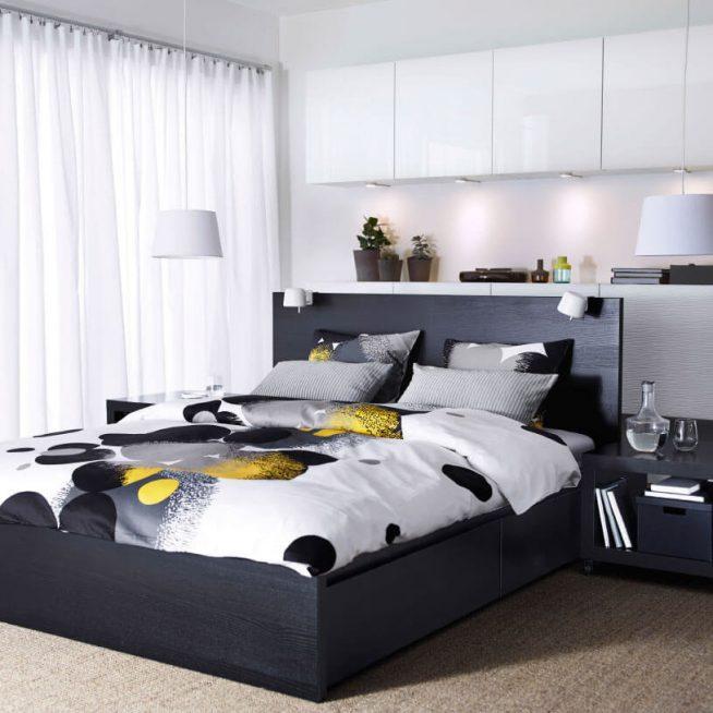 Чёрно-белая кровать в интерьере спальни