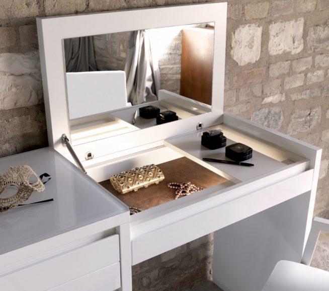 Компактный столик с откидным зеркалом