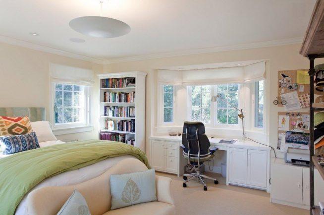 Красивое рабочее место у окна спальни