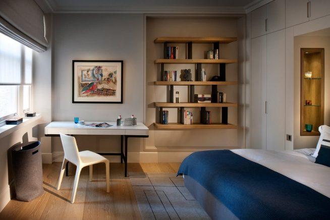 Рабочее место в спальне с удобным стеллажом