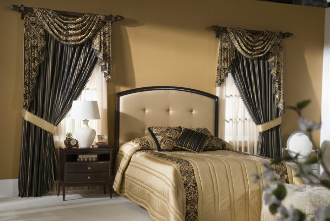 Шторы с ламбрекенами в большой спальне