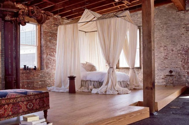 Балдахин над кроватью в спальне стиля лофт