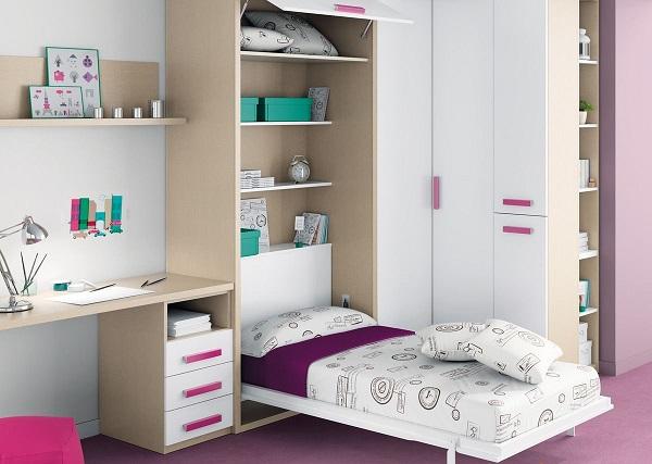 Откидная кровать с удобным шкафом в маленькой спальне