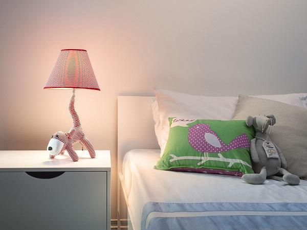 Настольная лампа-ночник у детской кровати