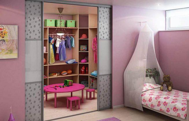 Гардеробная в комнате девочки