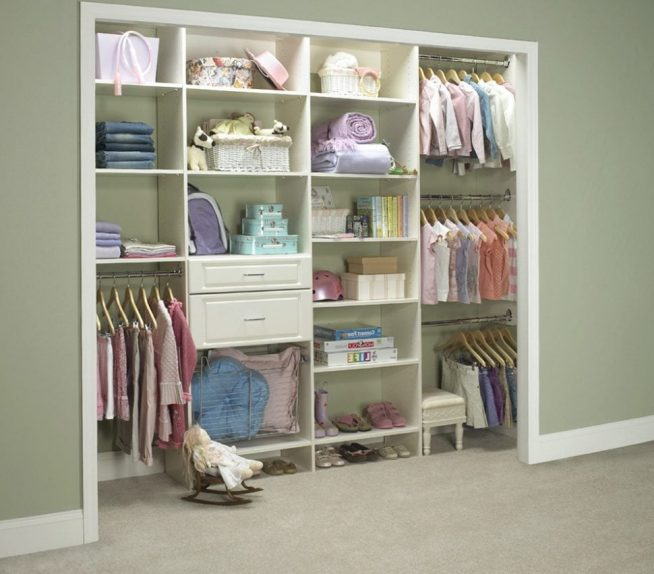 Открытая гардеробная в нише детской комнаты