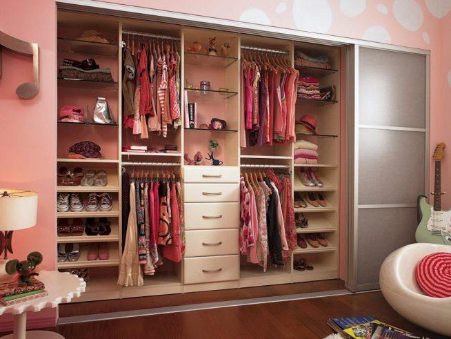Просторная гардеробная в комнате девочки-подростка