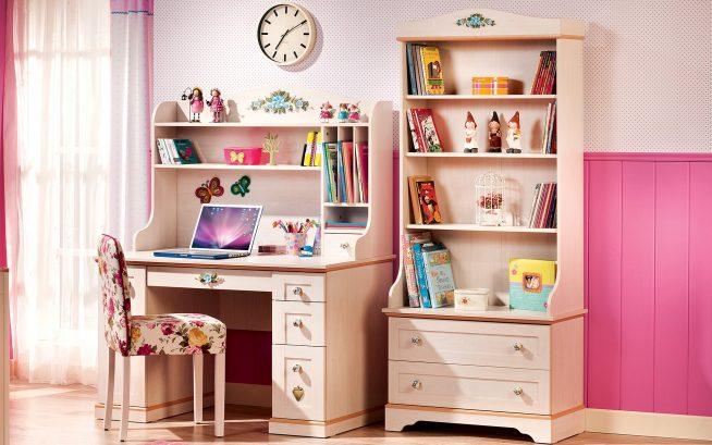 Эффектный стол и стеллаж в комнате девочки