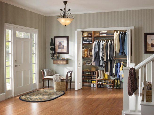 Вместительная гардеробная современного дизайна