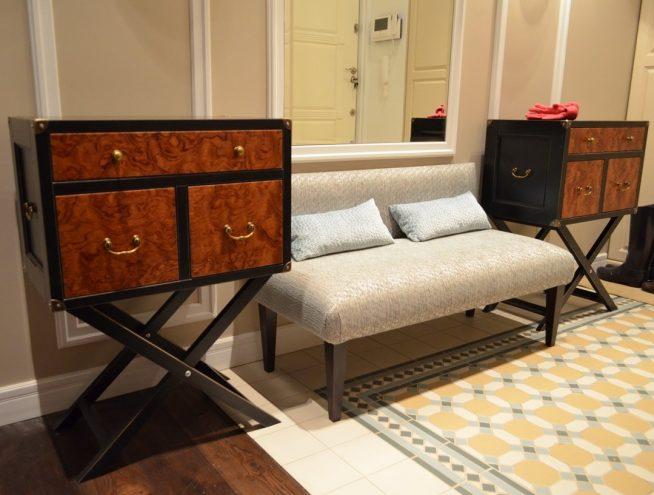 Мягкий диван с комодами в прихожей