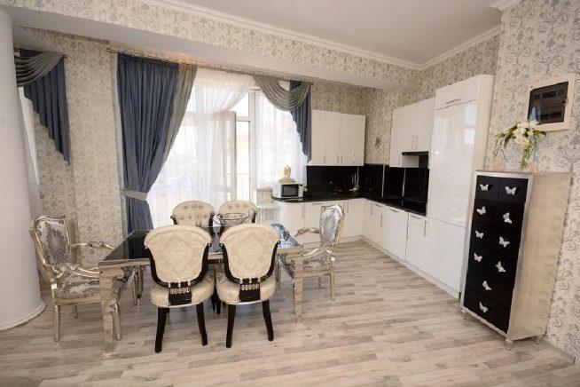 Кухня-гостиная в квартире Юрия Шатунова