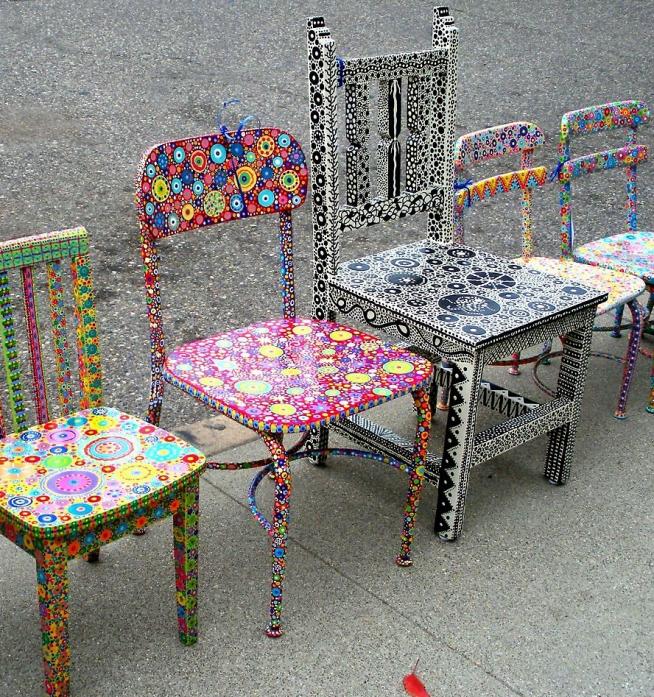 Разукрашенные старые стулья
