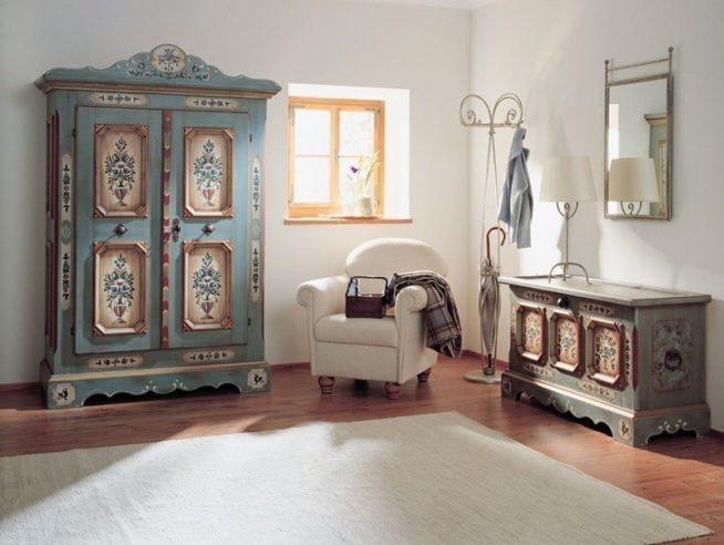 Шкаф с декоративными элементами