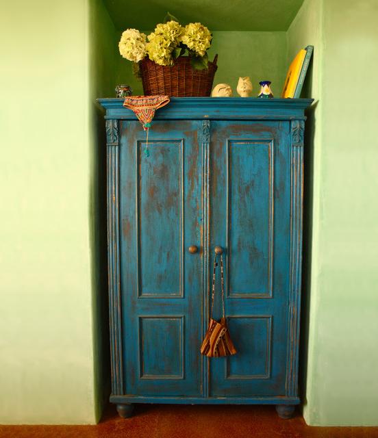 Искусственно состаренный шкаф