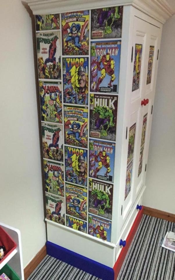 Украшенный комиксами шкаф