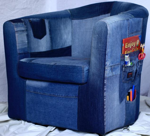 Обтяжка кресла старыми джинсами