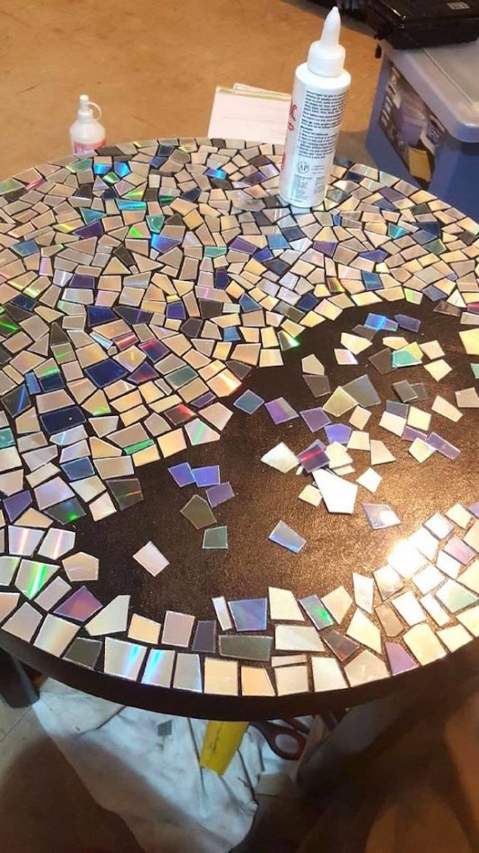 Столешница покрывается измельчёнными cd-дисками
