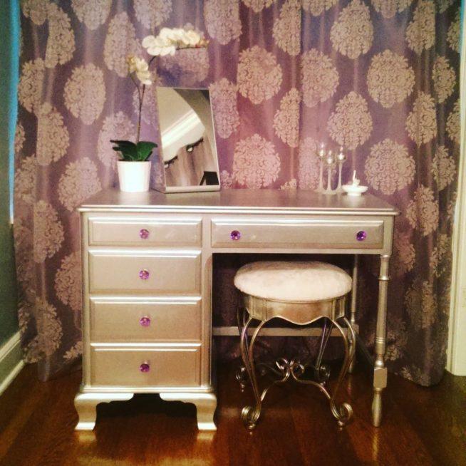 Стол, окрашенный в серебристый цвет