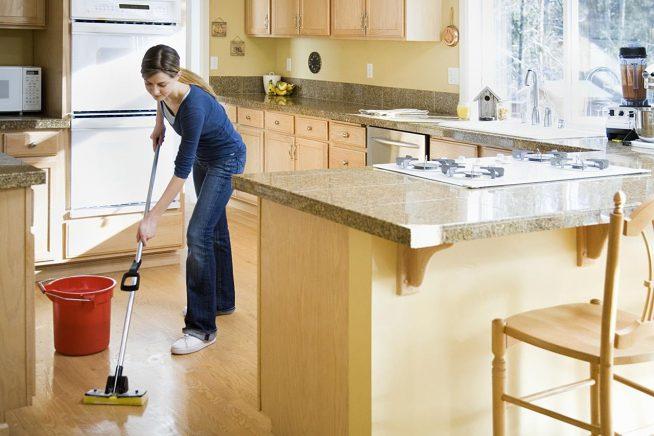 Девушка моет пол на кухне
