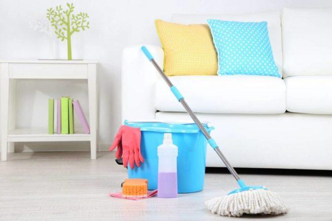 Ведро, швабра и моющие средства в комнате