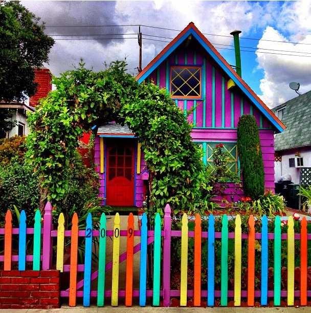 Яркое оформление дома и изгороди