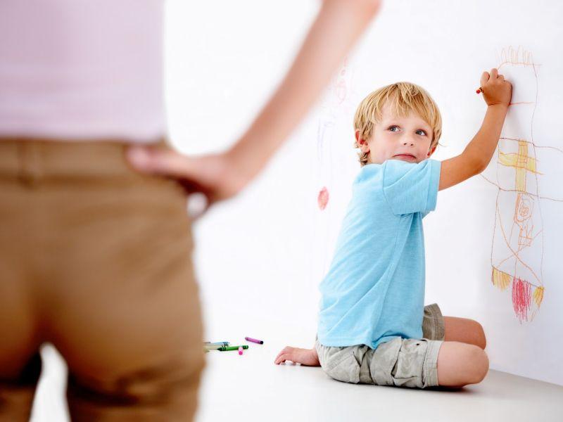 Что делать, чтобы ребёнок не рисовал на стенах