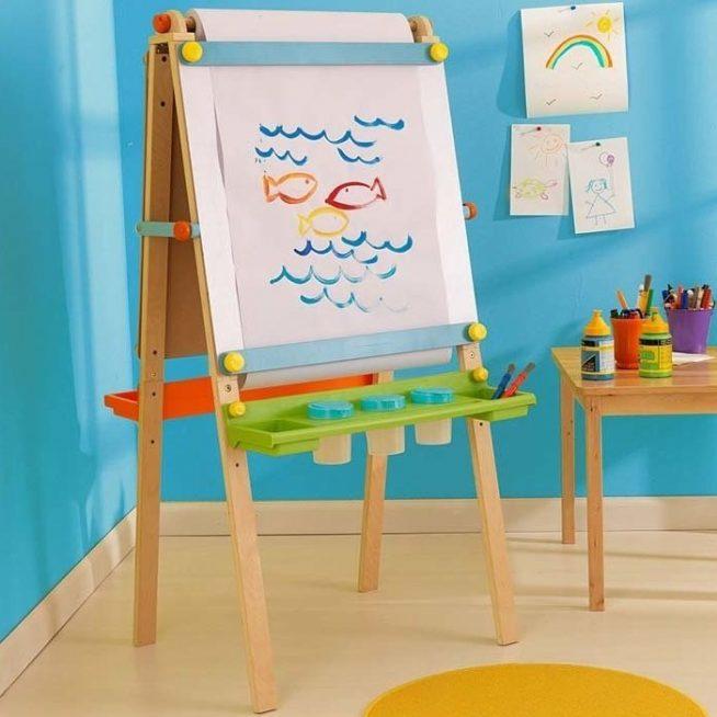 Мольберт с детским рисунком