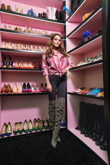 Алёна Водонаева в гардеробной в своей квартире