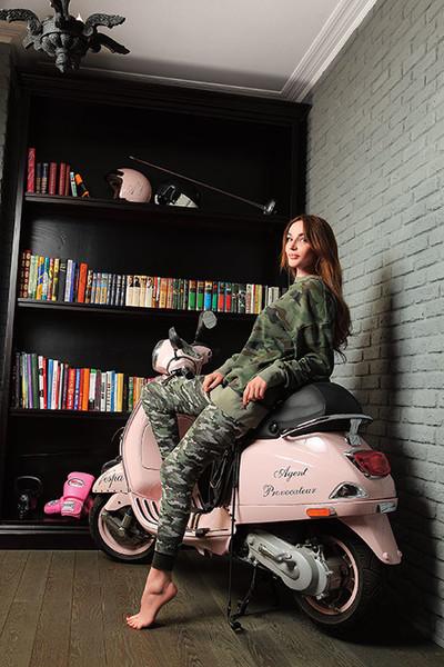 Алёна Водонаева в своей домашней библиотеке