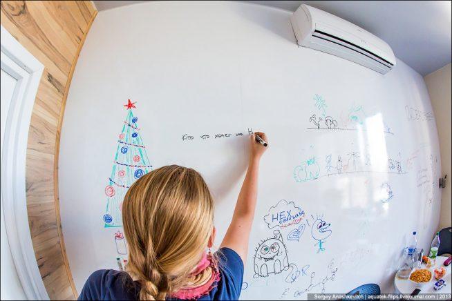 Маркерная доска на стене в детской