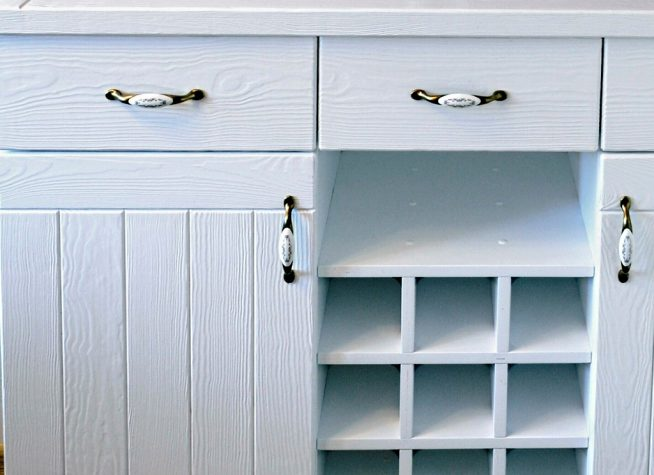 Окрашенная в белый цвет мебель
