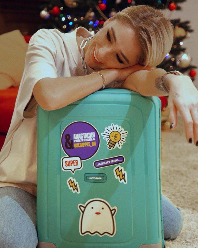 Настя Ивлеева с чемоданом