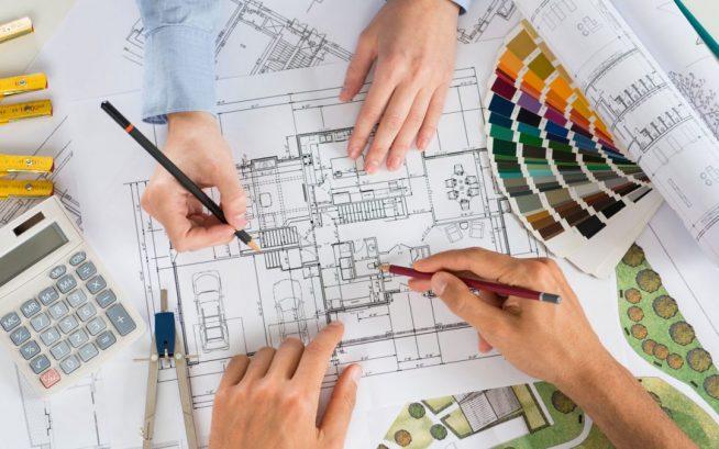 Дизайнеры работают с чертежом
