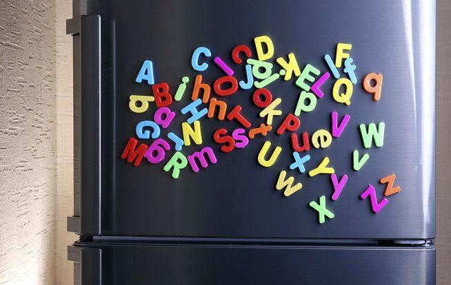 Буквы английского алфавита на холодильнике