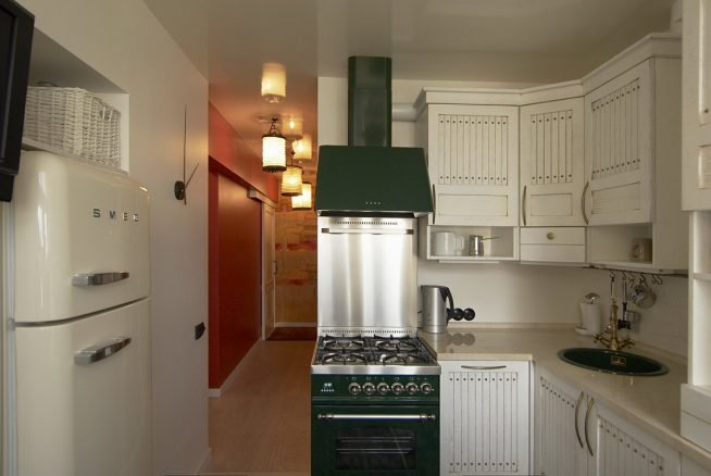 Холодильник в небольшом помещении
