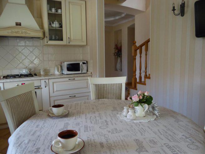 Вариант, куда поставить чайник в интерьере кухни