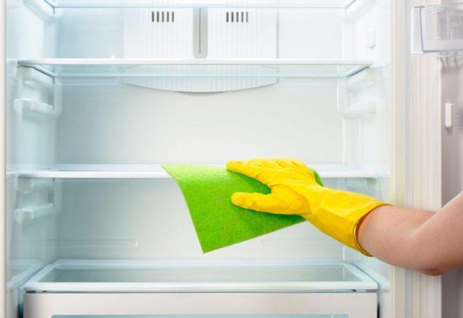 Полки в холодильнике протирают тряпкой