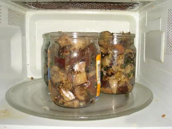 Банки с овощным салатом в микроволновке
