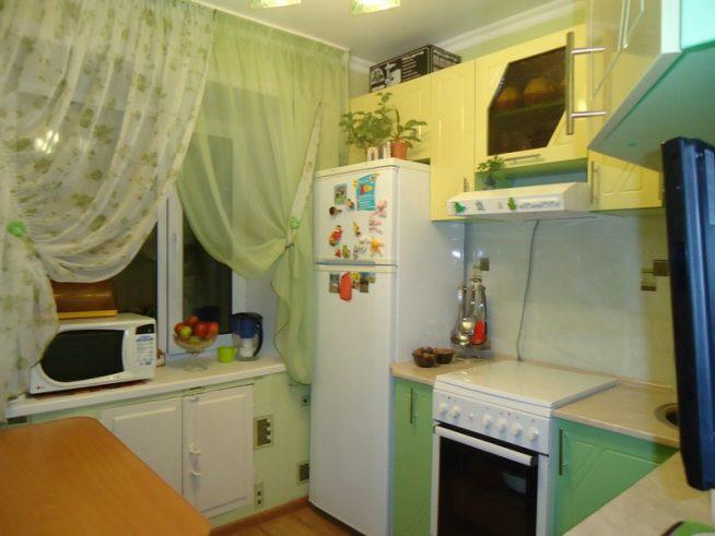 Зелёные шторы на маленькой кухне
