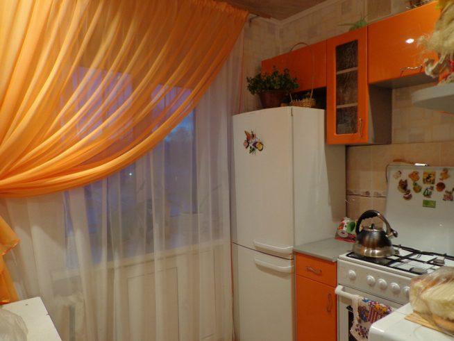 Оранжевые шторы на маленькой кухне
