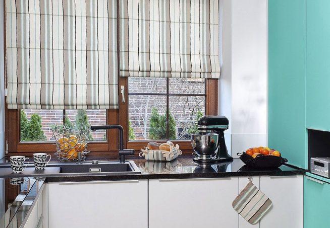 Полосатые шторы на маленькой кухне