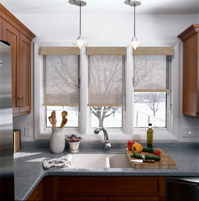 Рулонные шторы на маленькой кухне