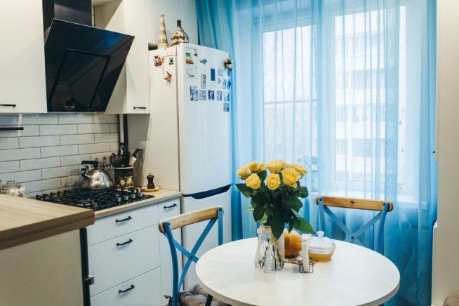 Синие шторы на маленькой кухне