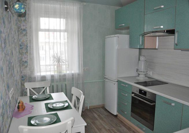 Белые шторы на маленькой кухне