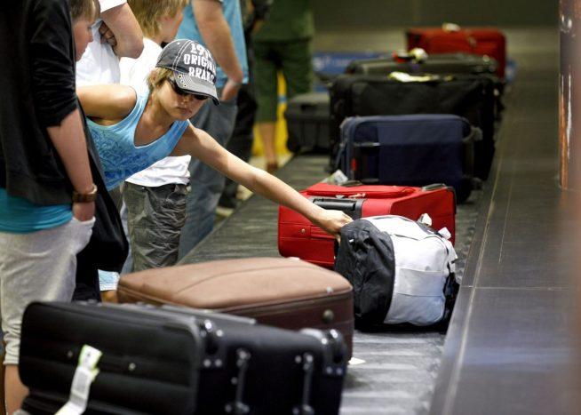 чемоданы на багажной ленте