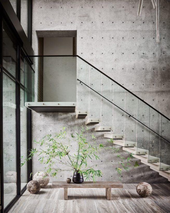 Лестница в холле в доме Марии Шараповой